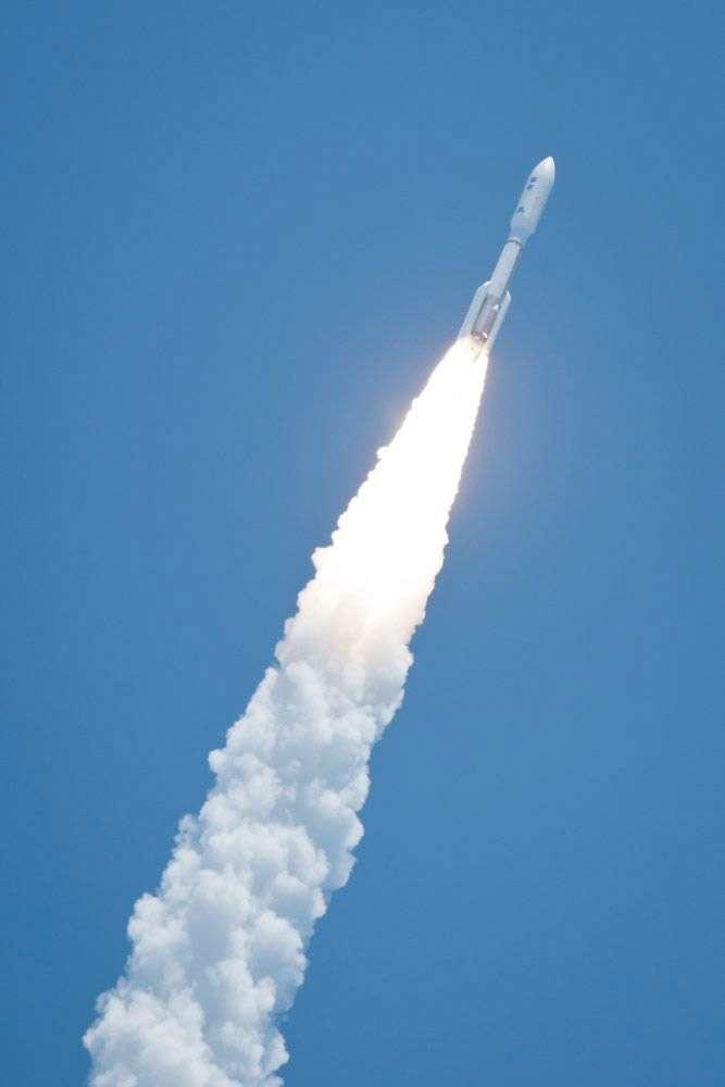 En août 2011, la version la plus puissante de la famille Atlas 5 lance la sonde Juno à destination de Jupiter. Malgré la poussée phénoménale du lanceur, les trois tonnes de la sonde ne sont pas accélérées suffisamment pour atteindre Jupiter dans des délais assez courts. Pour permettre à la sonde de rejoindre la planète géante en seulement cinq ans, une assistance gravitationnelle autour de la Terre l'a aidée à atteindre la vitesse nécessaire. © Nasa