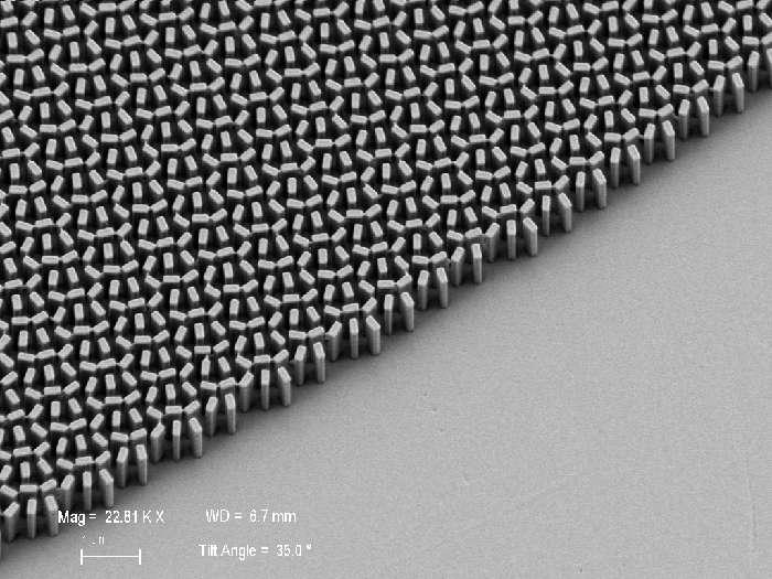 La superlentille conçue par les chercheurs de Harvard se compose d'un réseau de nanostructures de dioxyde de titane posé sur un substrat de verre. © Capasso Lab, Harvard