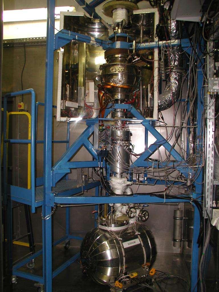 L'expérience DTS consiste en la rotation différentielle de deux sphères concentriques. À l'aide de deux moteurs d'une puissance de 11 kW chacun, les sphères sont mises en rotation à une vitesse pouvant aller jusqu'à 30 Hz (30 tours par seconde, donc). Avec les deux sphères en contrarotation, la rotation différentielle peut donc atteindre 60 Hz. Cette expérience qui fait intervenir du sodium conducteur afin de simuler le comportement de la partie fluide du noyau de la Terre, avec des courants électriques et des champs magnétiques, se trouve dans un régime dit magnétostrophique où les forces de Coriolis et de Lorentz sont en équilibre, comme dans les noyaux planétaires. © 2014 OSUG