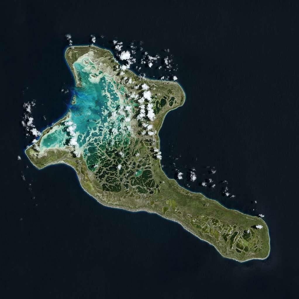 Situées dans l'océan Pacifique, les îles Kiribati (Océanie), dont l'altitude est peu élevée, sont gravement menacées par la montée des eaux. Cette image a été prise par Spot 6 en 2015. © Airbus DS, 2015