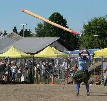 Le lancer de tronc, ou « caber » est devenu l'icône des jeux écossais. © James F. Perry, Wikimedia Commons, CC by-sa 3.0