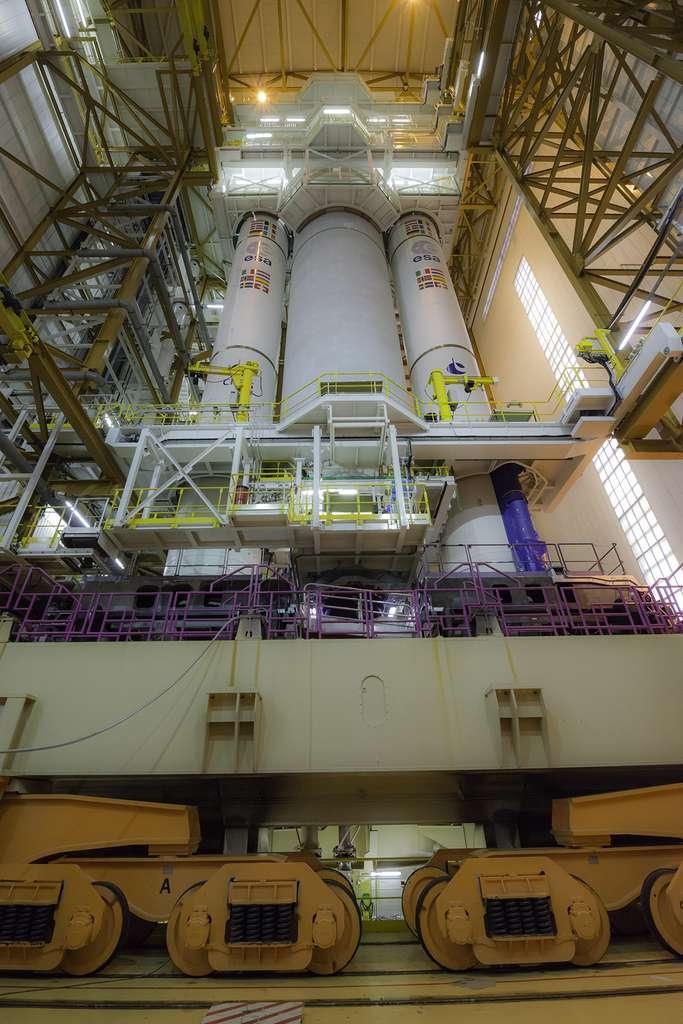 Le lanceur Ariane 5 dans le bâtiment d'intégration lanceur en décembre 2017. © Rémy Decourt