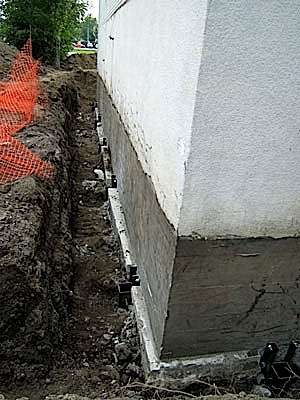 La tranchée pour imperméabiliser les fondations doit être assez large (80 cm environ) et, au besoin, étayée pour permettre aux intervenants de travailler sans risque d'éboulement. © groupeatlantec.ca