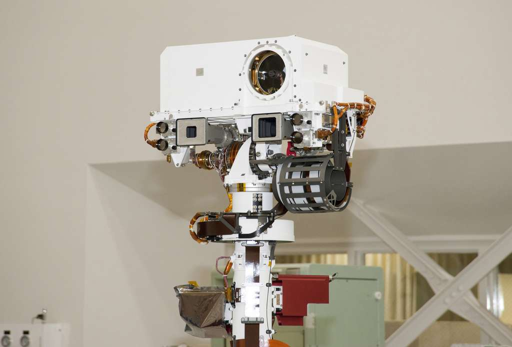 ChemCam installé sur le mât du rover Curiosity. Juste en dessous de l'instrument, on peut voir les deux caméras de navigation (NavCam). © Nasa/JPL