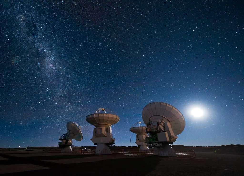 Les quatre antennes du Atacama Large Millimeter/submillimeter Array (ALMA) regardent vers le ciel nocturne étoilé. © José Francisco Salgado, ESO