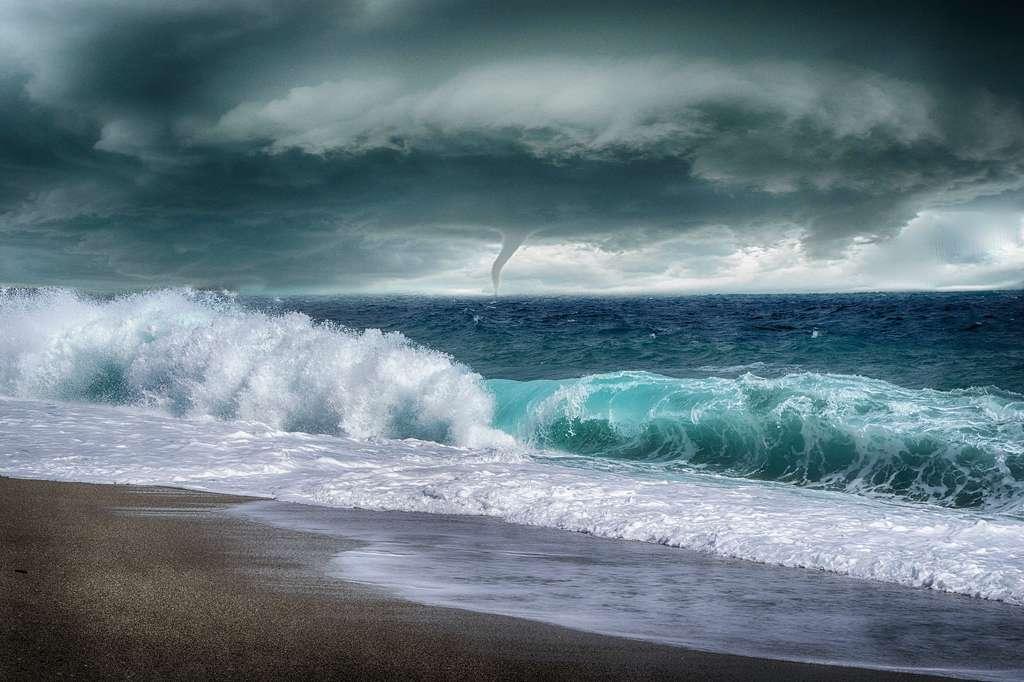 Tempête et formation d'une tornade au large. © Enriquelopezgarre, Pixabay, DP
