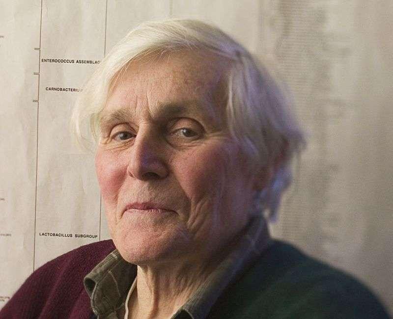 Le grand microbiologiste Carl Woese a effectué des travaux importants aidant à mieux comprendre les racines de l'arbre phylogénétique du vivant. Il est aussi un des précurseurs de la théorie de l'origine de la vie basée sur l'ARN. © Don Hamerman, Institute for Genomic Biology, University of Illinois at Urbana-Champaign