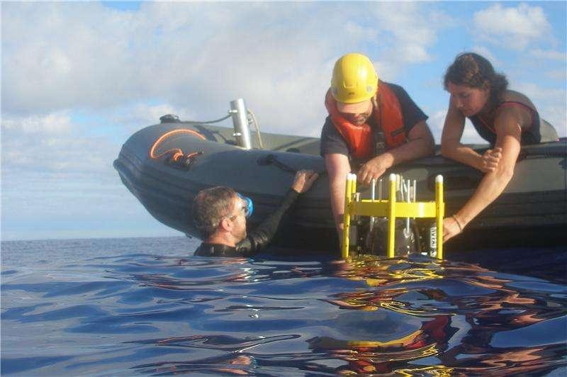 Mise à l'eau du profileur ASIP (Air-Sea Interaction Profiler). Celui-ci mesure la température et la salinité des dix premiers mètres de l'océan. Il permet d'en déduire les échanges turbulents locaux entre l'atmosphère et l'océan. © Brian Ward