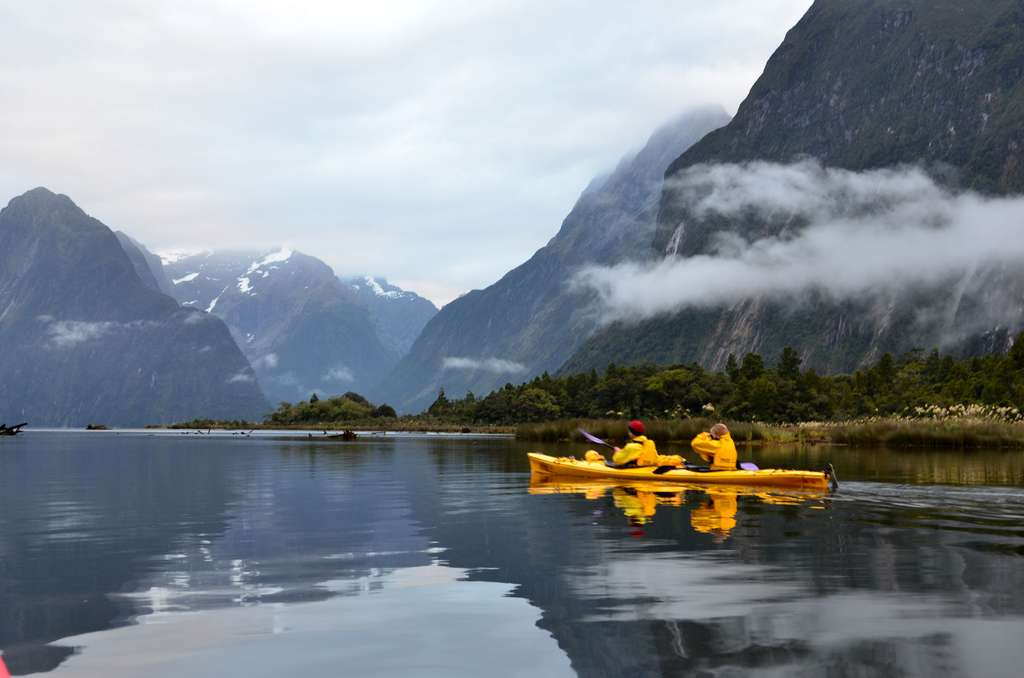 Exploration du Milford Sound en kayak de mer, dans le Fiordland, en Nouvelle-Zélande. © Loïc Petit