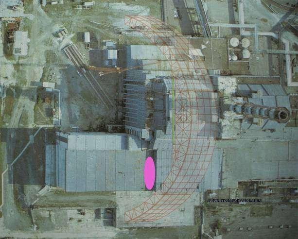 Vue aérienne du réacteur n° 4 et des installations annexes. L'ellipse rose indique la zone qui s'est écroulée. Au centre de l'image, le dessin d'une des arches en construction a été ajouté, montrant que le futur grand bâtiment, qui devrait être terminé en 2015, recouvrira l'ensemble du site. © SNRIU
