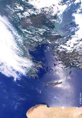 Vue de la jonction Méditerranée orientale / mer Noire, envoyée par le satellite Envisat. En haut de l'image, au Sud de la chaîne des Carpates, on aperçoit les plaques vertes de sédiments en suspension dans les eaux marines apportés via le delta du Danube. Au Sud, se dessinent la Grèce et les îles de la mer Egée, et en bas les côtes désertiques de l'Afrique. ©ESA