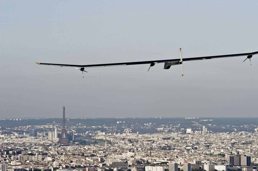 L'avion solaire HB-SIA quitte le Bourget, le 3 juillet 2011, et s'offre une vue sur la tour Eiffel. © Solar Impulse