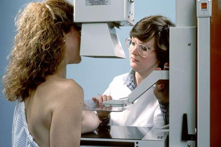 La mammographie est l'examen médical qui permet de détecter le cancer du sein. On savait déjà que certains polluants, la consommation d'alcool ou le manque d'activité physique contribuait à l'apparition de la maladie. Faut-il ajouter le travail de nuit ? © National Cancer Institute, Wikipédia, DP