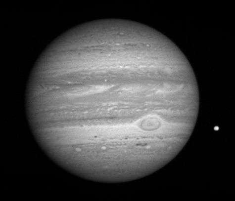 Image de Jupiter transmise par New Horizons le 8 janvier 2007 depuis une distance de 81 millions de kilomètres. La Grande Tache Rouge est visible, ainsi que le satellite Io à droite. Crédit NASA/Johns Hopkins University Applied Physics Laboratory/Southwest Research Institute.