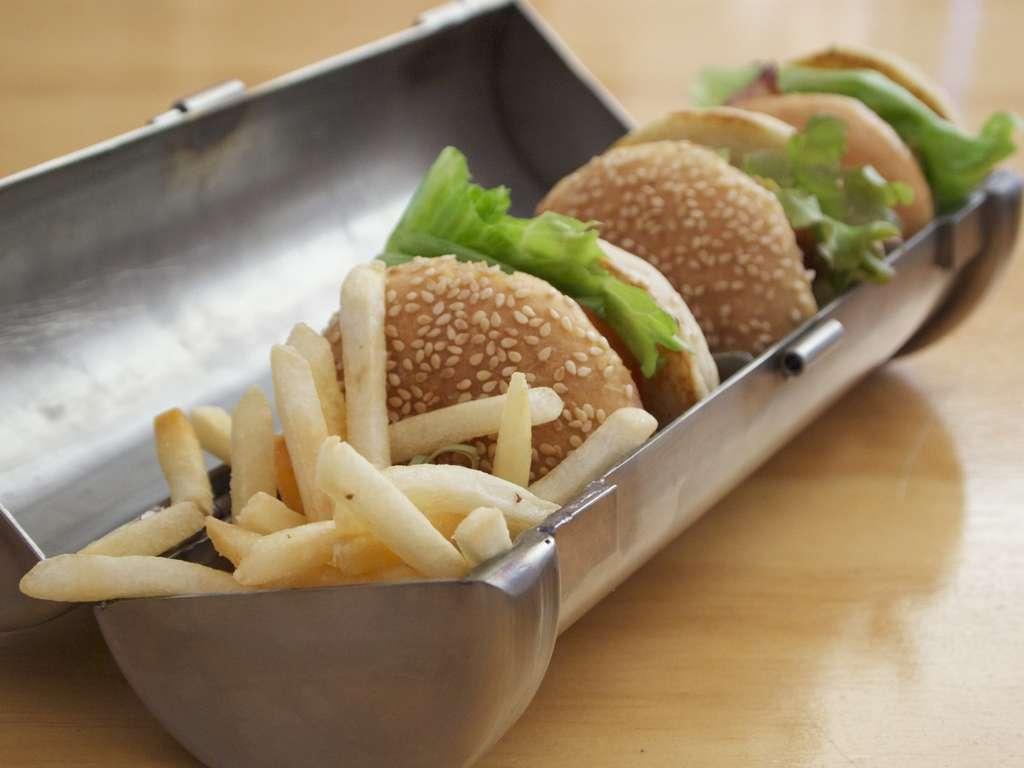 Les plats, des hamburgers-frites, sont transportés dans des boîtes métalliques dans un restaurant de Nouvelle-Zélande. Une technique inspirée de la science-fiction... © C1 Café
