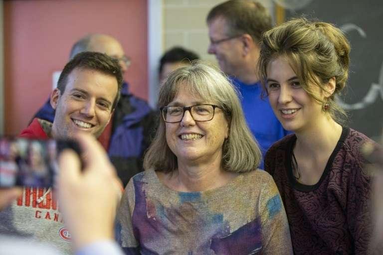 La lauréate du prix Nobel de physique Donna Strickland, avec des étudiants de l'université de Waterloo (Ontario), le 2 octobre 2018. © Geoff Robins – AFP