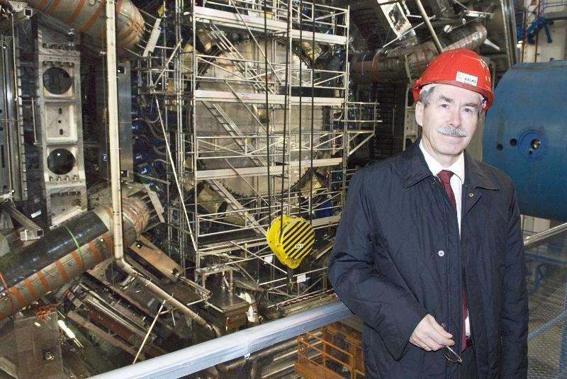 Gerard 't Hooft devant le détecteur Atlas destiné à découvrir le boson de Higgs. © Cern