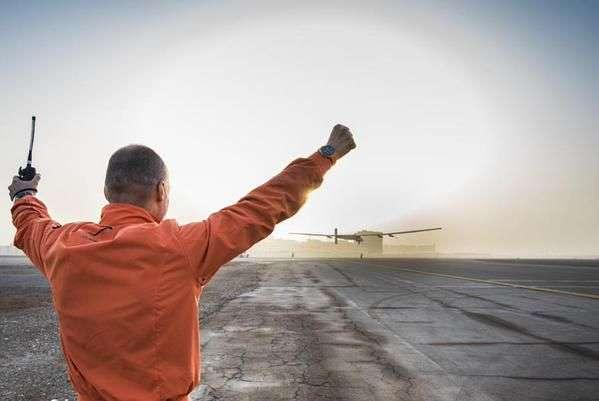 Le 9 mars 2015, à Abou Dhabi, Bertrand Piccard regardait le décollage de l'avion solaire, aux mains d'André Borschberg, parti pour la première étape d'un tour du monde historique. © Solar Impulse