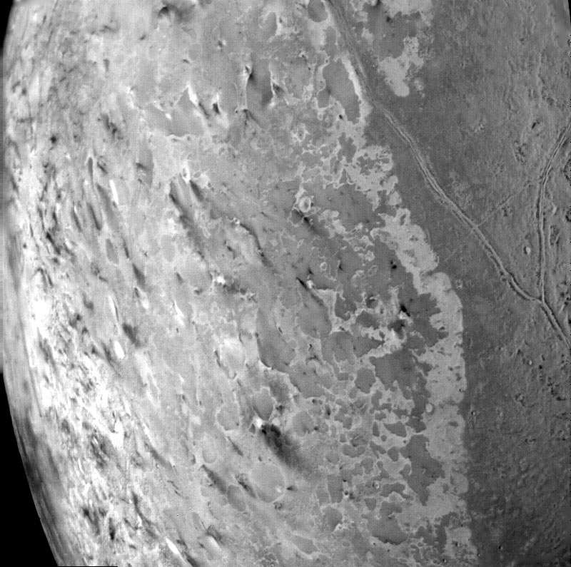 La surface de Triton se distingue par ses étranges motifs, évocateurs des nervures d'un melon. © Nasa