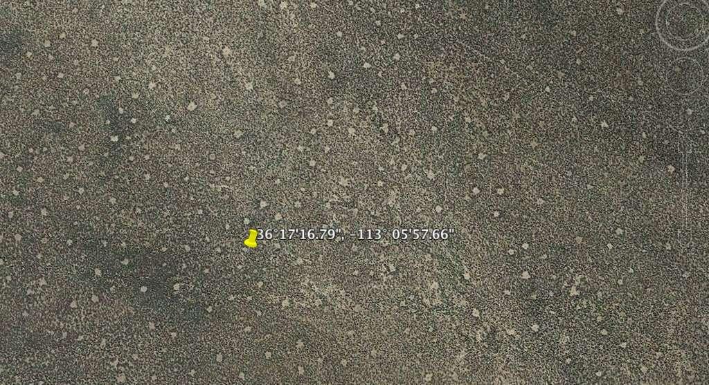 Taches claires éparpillées à proximité du cône volcanique Cinder, en Californie. © Google Earth