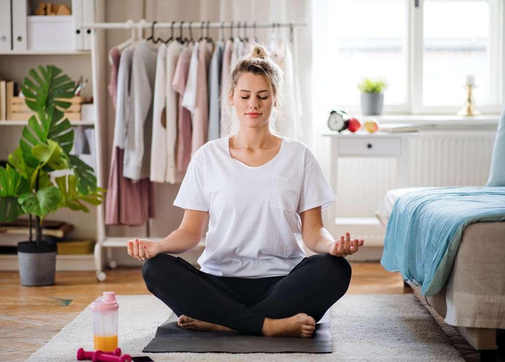 Des activités physiques sont réalisables dans de petits espaces et la méditation peut aider à calmer l'anxiété. © Halfpoint, Adobe Stock