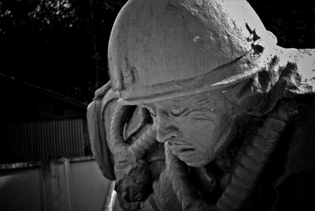 Plus de 500.000 personnes sont venues nettoyer les lieux de la catastrophe nucléaire de Tchernobyl. Dans des combinaisons de fortune, ils affrontaient la radioactivité quelques secondes seulement et se relayaient en permanence. Un mémorial a été construit en leur honneur dans la ville ukrainienne. © Marco Fieber, Fotopédia, cc by nc nd 2.0
