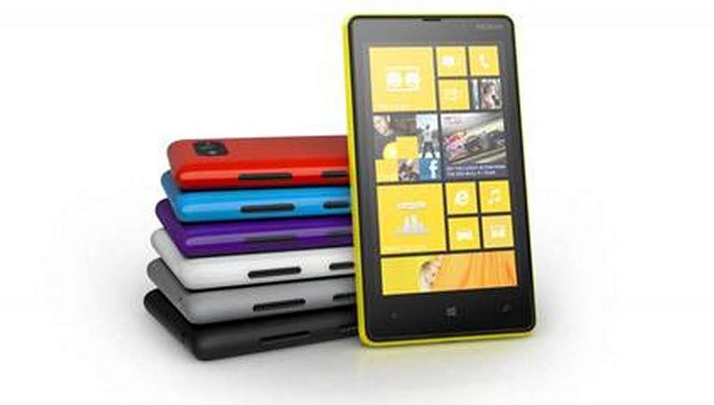 Le Lumia 820 sera proposé avec des coques interchangeables en sept couleurs. © Nokia