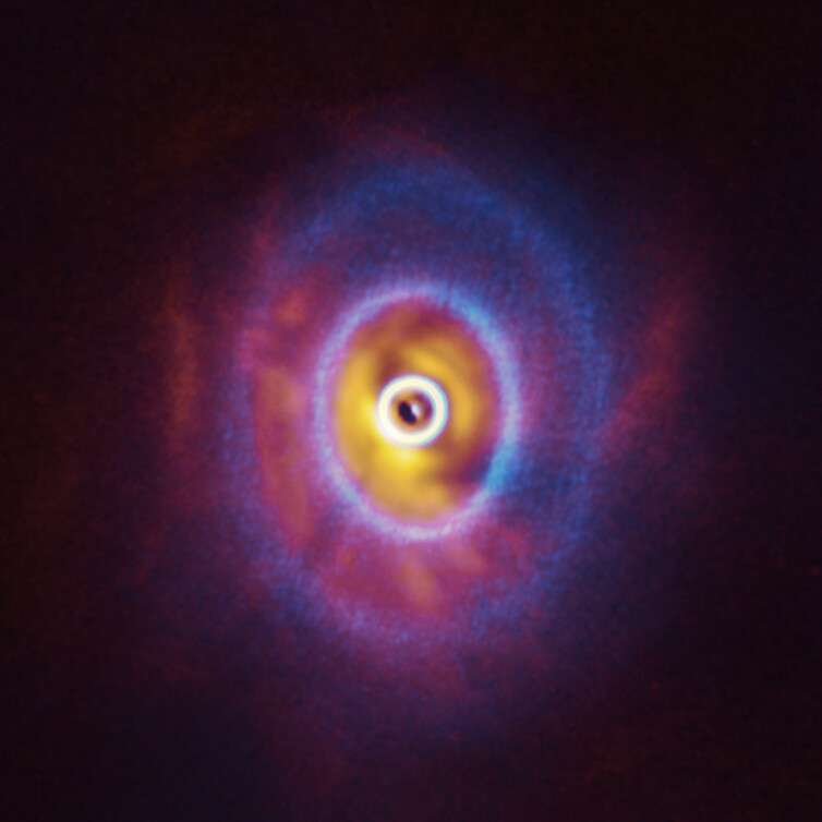 Image composite du système triple GW Orionis vu par Alma et l'instrument Sphere du VLT. Les disques protoplanètaires sont déformés par la danse des trois étoiles. © ESO, Exeter, Kraus et al., Alma (ESO/NAOJ/NRAO)