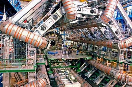 Fig. 20 : expérience Atlas au LHC en cours de montage au CERN (novembre 2005). Le volume d'Atlas représente 10 fois celui d'une expérience du LEP comme Delphi, dont deux exemplaires et demi pourraient tenir dans la partie centrale, entre les 8 bobines du gigantesque aimant supraconducteur que l'on voit ici entièrement monté (© Dapnia).
