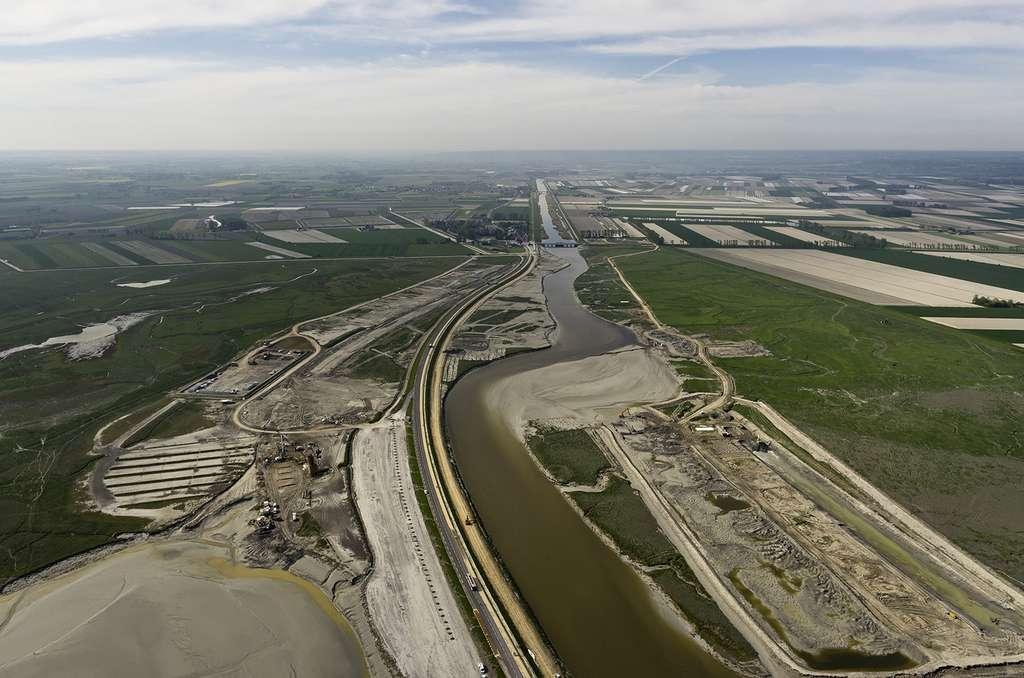 Vue aérienne des travaux dans la baie du Mont-Saint-Michel