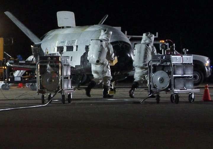 Seulement quelques minutes après son retour sur Terre, les équipes de l'U.S. Air Force s'affairent autour du X-37B pour le sécuriser. Ces deux « astronautes » vont purger les réservoirs de la mini navette d'éventuels restes d'hydrazine pour éviter toute contamination ou explosion accidentelle. Une véritable opération de déminage. © AF Space Command