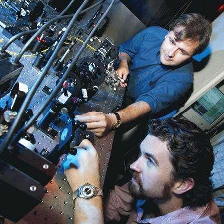 Les chercheurs Andrew G.White (arrière-plan) et Jeremy L. O'Brien de l'Université de Queensland réglant les portes NOT d'un ordinateur quantique © IBM - Tous droits de reproduction interdit