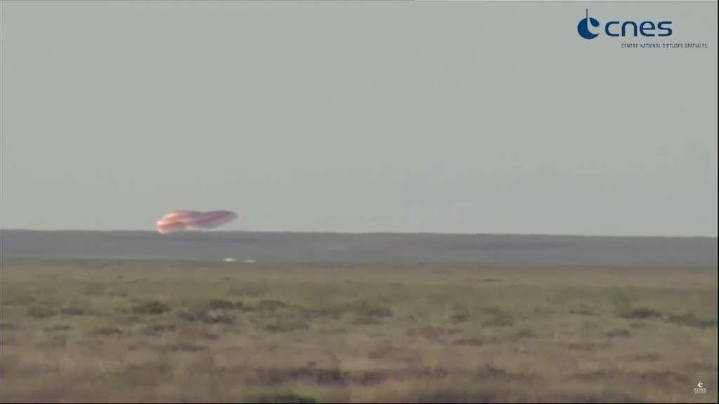 Le 2 juin 2017, à 16 h 09 (heure française), la capsule Soyouz touche le sol. Oleg Novitskiy et Tomas Pesquet sont arrivés.