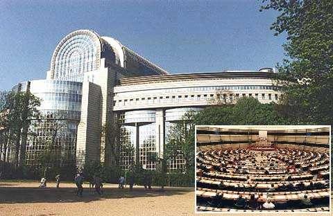 Le Parlement européen à Bruxelles. Il représente l'assemblée législative de 455 millions d'Européens de 25 pays soit 7.3% de la population mondiale. Le PIB de la nouvelle Europe s'élève à 9600 milliards d'Euros, soit 28% de la richesse mondiale mais il est encore 13% inférieur à celui des Etats-Unis