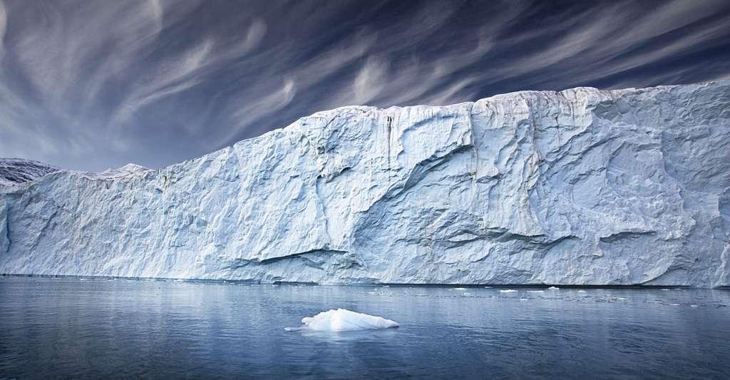 Des scientifiques ont détecté de nouveaux signaux indiquant que la partie centre ouest de la calotte glaciaire du Groenland pourrait subir une transition critique relativement bientôt. La déstabilisation de la calotte glaciaire a commencé. Un basculement de la calotte glaciaire augmenterait considérablement l'élévation du niveau mondial de la mer à long terme. © the_lightwritter, Adobe Stock