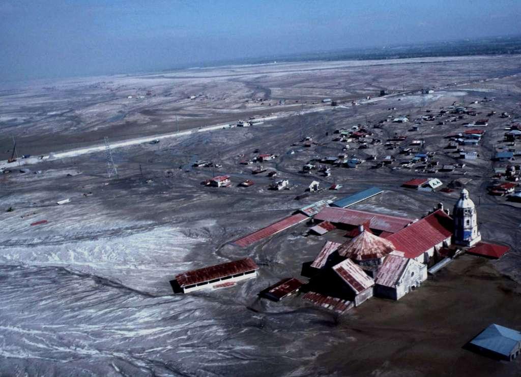 Vue d'hélicoptère de la ville de Bacolor, aux Philippines, située à une trentaine de kilomètres du cratère du Pinatubo, recouverte par des lahars après le passage du typhon Mameng, le 1er octobre 1995, plus de quatre ans après l'éruption majeure de 1991. © J.-M. Bardintzeff, tous droits réservés, reproduction interdite