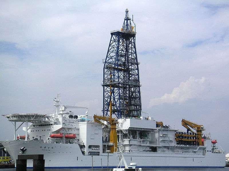 Le Chikyu est un navire de recherche japonais inauguré en 2002. Il peut théoriquement forer jusqu'à sept kilomètres de profondeur dans le plancher océanique. © Gleam, Wikimedia Commons, cc by sa 3.0