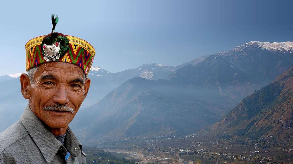 Autochtone devant les montagnes de Kullu, en Inde