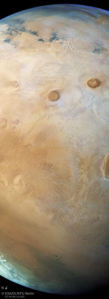 Mars d'un horizon à l'autre. Photo prise par Mars Express le 12 octobre 2017. La résolution est de 1 km/pixel. Téléchargez l'image annotée ici. © ESA, DLR, FU Berlin, CC by-sa 3.0 IGO