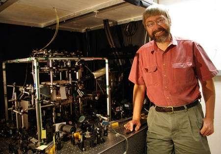 Le physicien Poul Jessen devant l'expérience montrant l'existence du chaos quantique. Crédit : Lori Stiles