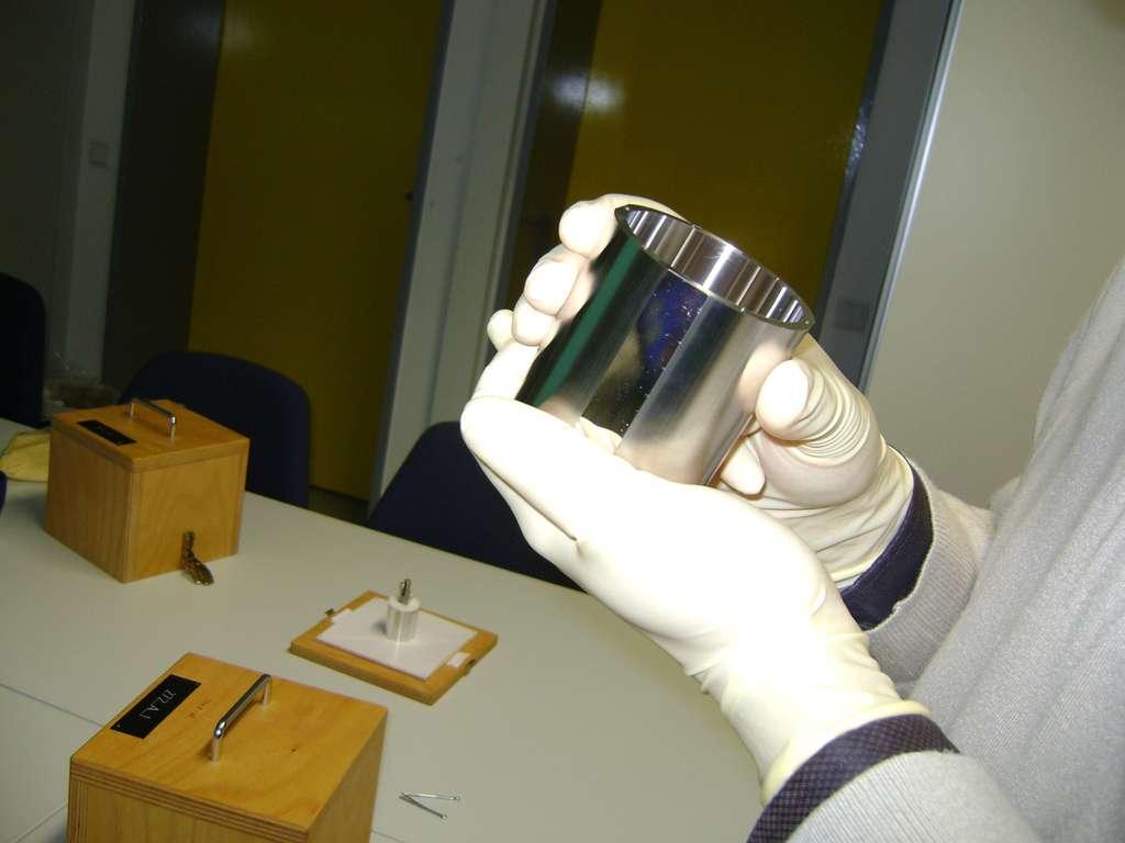 L'une des deux masses d'épreuve cylindriques, ici celle en platine rhodié réalisée en Allemagne à l'Institut PTB. © Onera