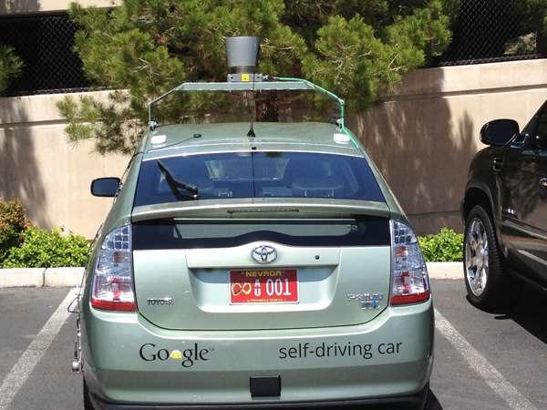 La première voiture automatique à obtenir une immatriculation est une Toyota Prius équipée par Google. Cet événement historique est survenu le 7 mai 2012 à Carson City, Nevada, États-Unis. © DMV