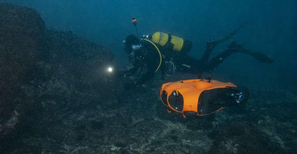 Le drone Seasam en compagnie d'un plongeur. © Notilo Plus
