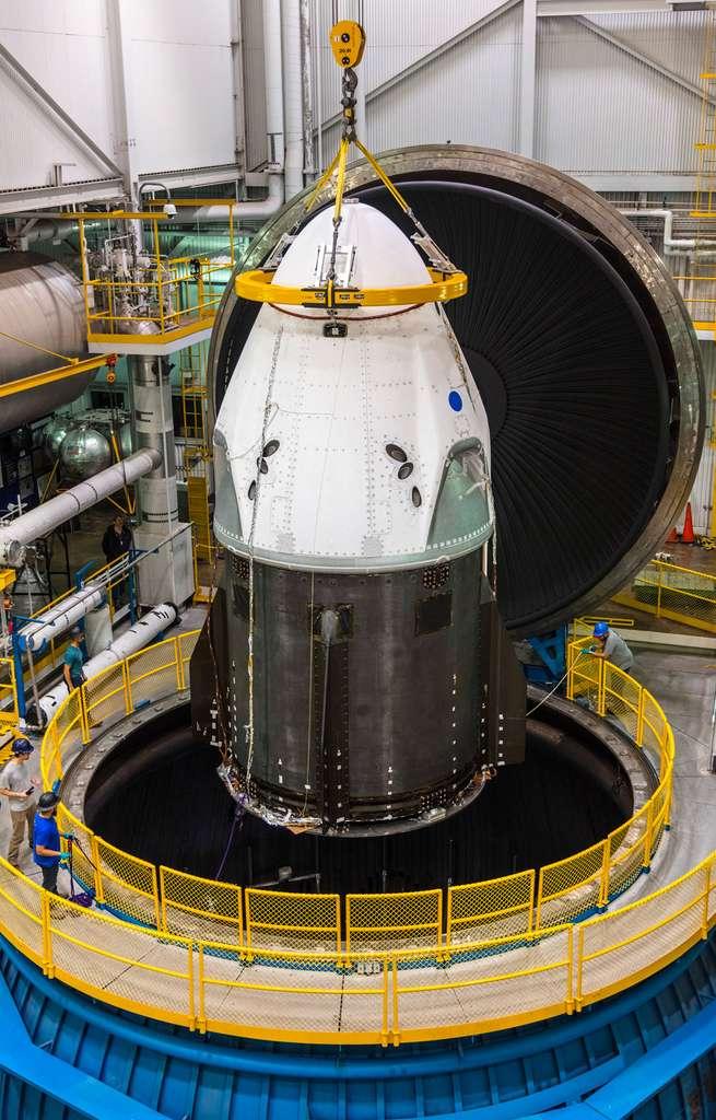 Le Crew Dragon de SpaceX installé dans la chambre à vide de la Nasa pour être testé au vide spatial et exposé aux températures que le véhicule connaîtra lors de son séjour dans l'espace et de son retour sur Terre. © Nasa