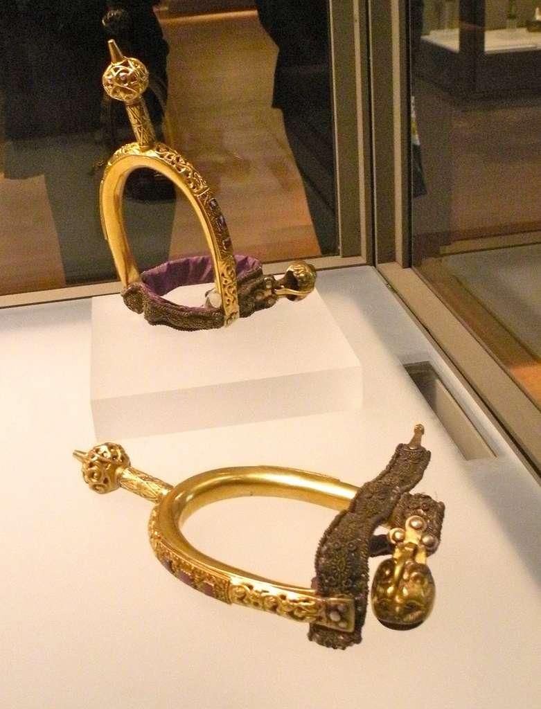 Éperons du sacre des rois de France. © Musée du Louvre, Wikimedia Commons, domaine public