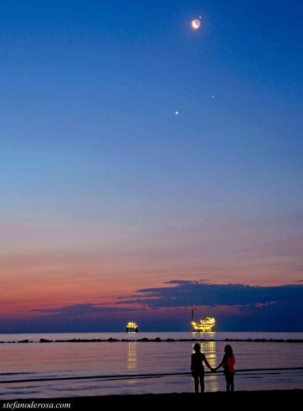 Le 15 juillet, le spectacle est de toute beauté au-dessus de la mer Méditerranée depuis la plage de Ravenne (Italie), où l'on peut admirer (de bas en haut) Vénus, l'étoile Aldébaran, la Lune et Jupiter juste après son occultation. © Stefano De Rosa