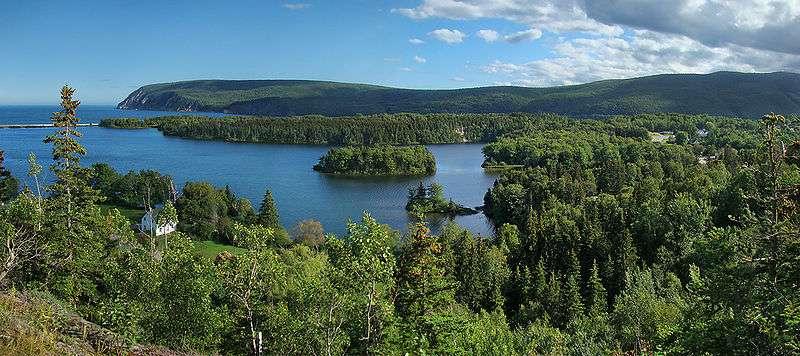 Le parc national des Hautes-Terres-du-Cap-Breton se situe sur l'île du Cap-Breton, en Nouvelle-Écosse, au Canada. Sur cette photo, au premier plan, le lac Freshwater. En arrière sur la gauche, la baie Ingonish sud s'ouvre vers l'Océan Atlantique au-delà du cap Smokey. Sur la droite la ville d'Ingonish Beach est partiellement visible. © Tango 7174, CC by-nc-nd 3.0