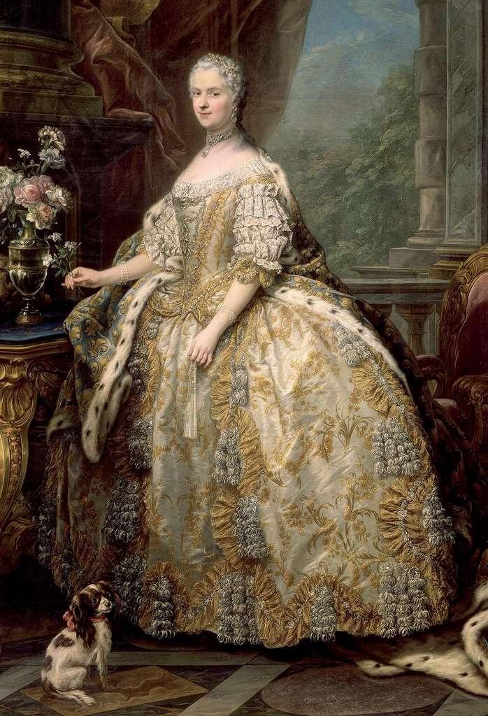 La reine Marie Leszczynska en grande robe de Cour, par Charles Van Loo en 1747. Château de Versailles. © Wikimedia Commons, domaine public