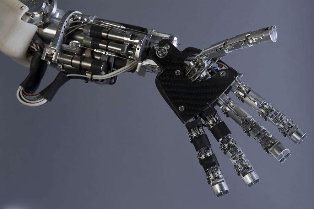 Figure 12 : Vues de détails de certains éléments du robot iCub : contrôleur PC104 embarqué dans la tête, contrôleurs locaux au niveau des jambes, détail de l'avant-bras et de la main gauches, intégration de capteurs tactiles dans la paume de la main. © Courtesy of the RobotCub project