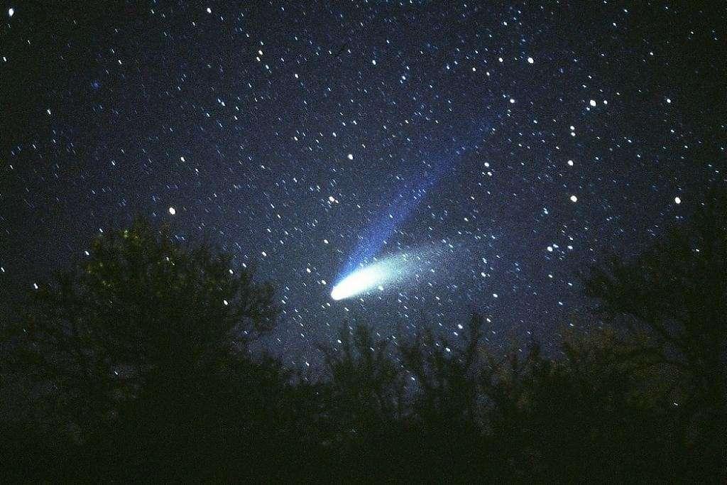 La comète Hale-Bopp depuis la campagne bourguignonne au printemps 1997. © J.-B. Feldmann